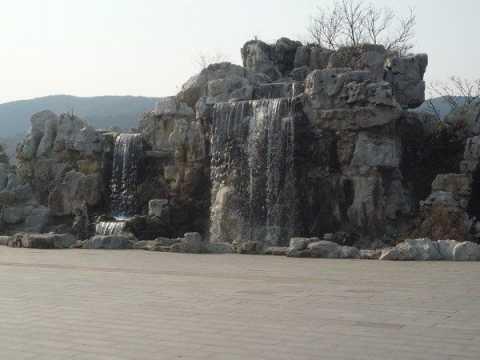 Головною визначною пам`яткою міста уси стала статуя будди гуатама